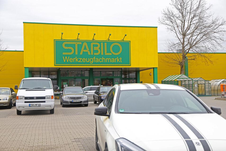 Der Stabilo-Baumarkt in Riesa im März: Damals war er noch geöffnet. Ab Montag soll es wieder so weit sein.