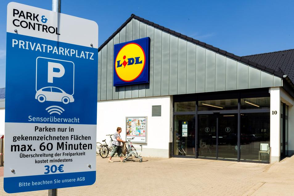 Am Lidl-Parkplatz an der Pulsnitzer Straße/Ecke Badstraße in Radeberg weisen Schilder auf die neue Technik hin.