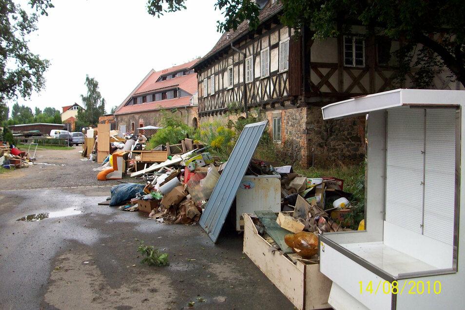 Manches wurde in Hagenwerder nur zum Trocknen vor die Tür gestellt, anderes war Schrott. Diebe unterschieden in den Tagen nach der Flut offenbar nur wenig, sodass manches abhanden kam.