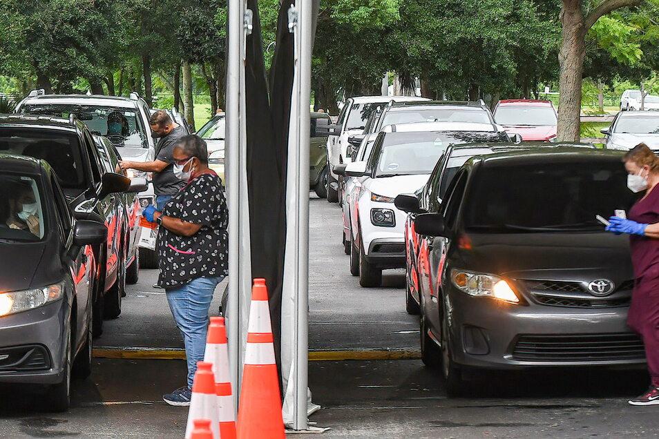 Autos stehen an einer Corona-Teststelle in Orlando/Florida an. In dem Bundesstaat gibt es aktuell immer mehr Krankenhausaufnahmen