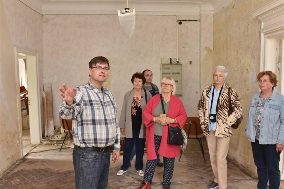 Hier führt Schlossbesitzer Konstantin Hermann (li.) Gäste beim Tag des offenen Denkmals durch das Haus. Dabei spürt er viel Interesse, Unterstützung und Hilfsbereitschaft.