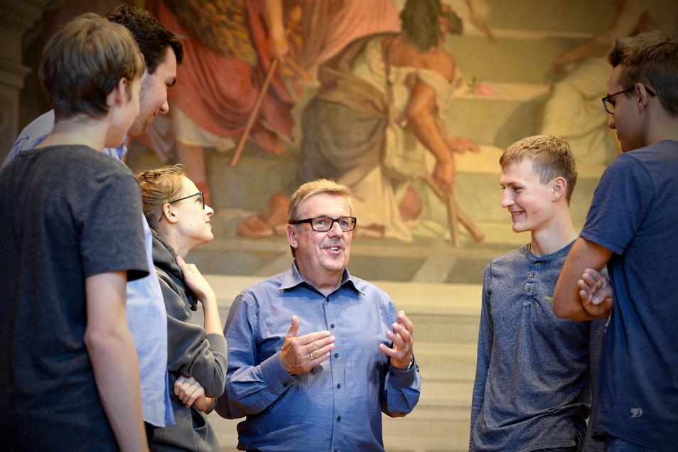 Bernd Ebert, hier im Gespräch mit Schülern, war bis September 2020 fünf Jahre lang Schulleiter des Christian-Weise-Gymnasiums in Zittau.