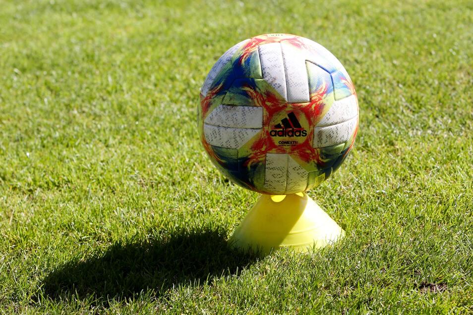 Nun also doch: Obwohl mehrere Vereine einen Neustart in der 3. Liga mit Geisterspielen abgelehnt hatten, soll die Saison ab dem 30. Mai fortgesetzt werden.