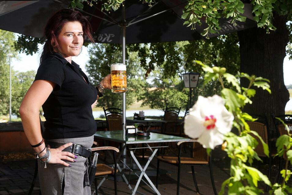 Kellnerin Rebecka Strobelt im schattigen Biergarten.