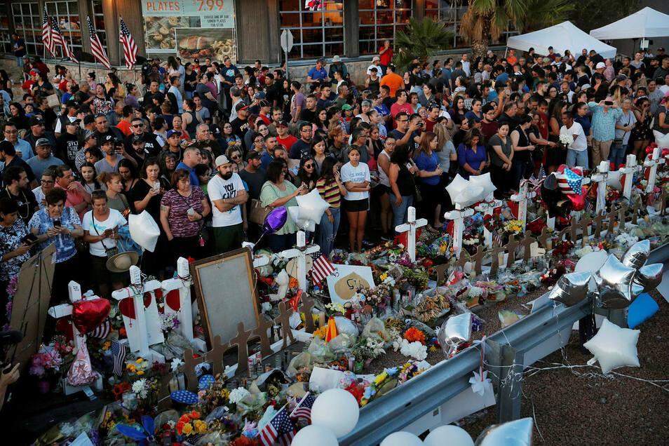 Menschen stehen an einem provisorischen Denkmal für die Opfer des Massakers in El Paso.