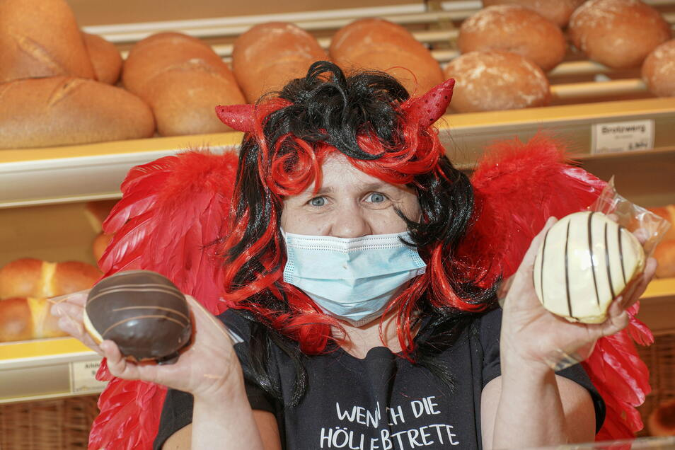 In der Filiale der Bäckerei Fehrmann an der Bautzener Karl-Marx-Straße hatte sich Verkäuferin Michaela Kern am Rosenmontag als Teufelchen verkleidet - den Kunden gefällt's himmlisch gut.