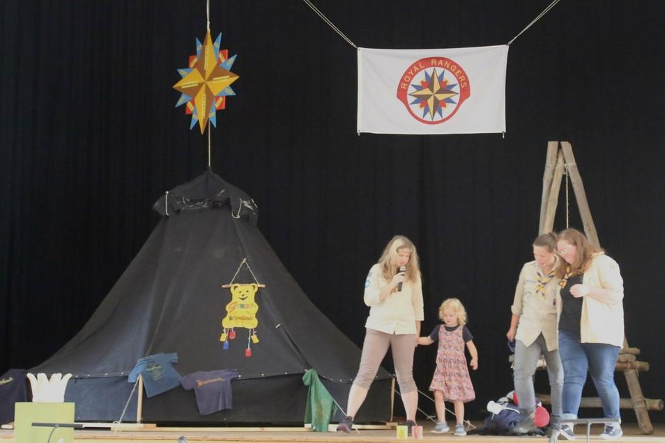 """Auf der Bühne in der """"Krone"""" war eine Kote aufgebaut. Obendrüber hing das Zeichen der Royal Ranger."""