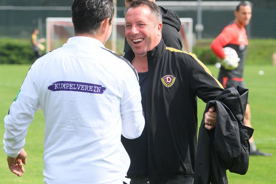 Man kennt sich: Markus Kauczinski begrüßt den Auer Kollegen Dirk Schuster. Gelacht hat nach dem Spiel nur noch Dynamos Trainer.