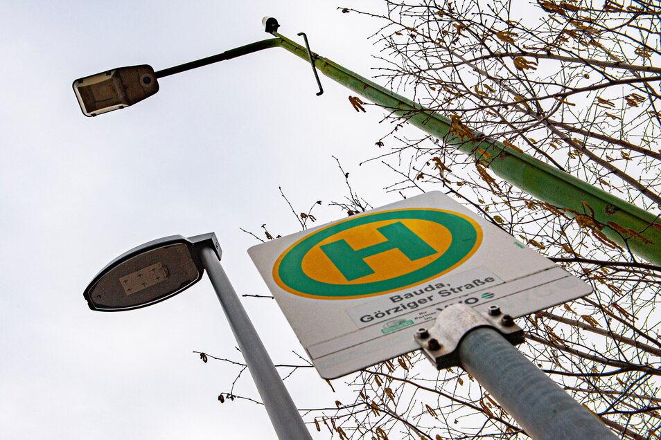 In Bauda wurde schon im Vorjahr diese alte Leuchte (r.) durch eine moderne LED-Laterne ersetzt.