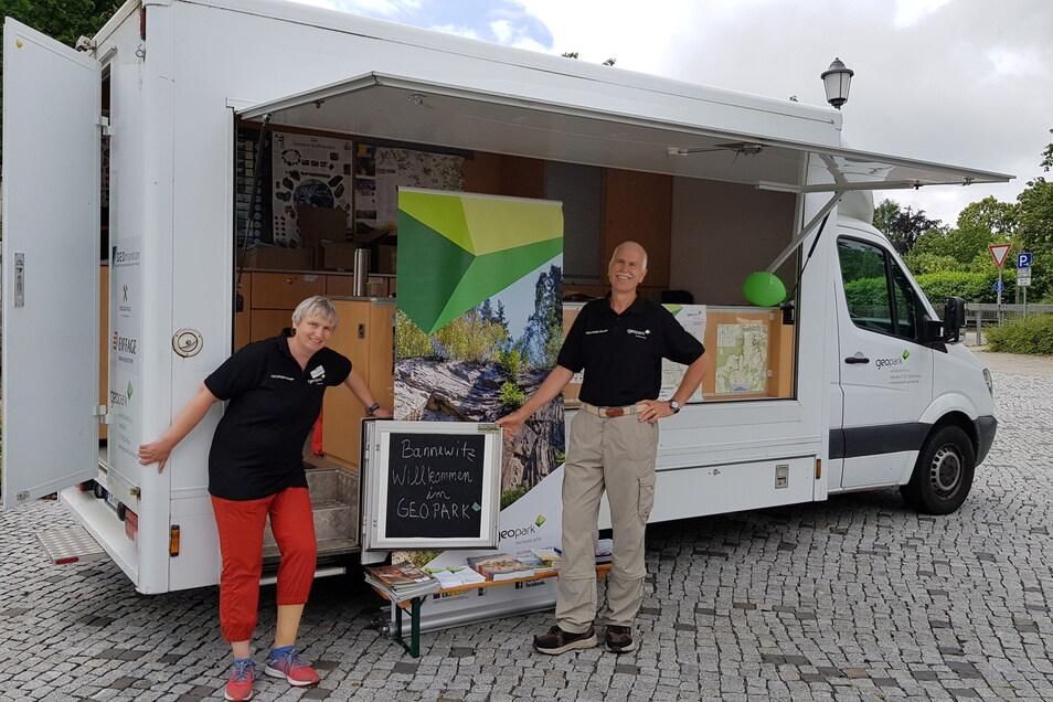 Werbung in eigene Sache. Das Geomobil aus Dorfhain tourt durch die Region. Hier waren die Natur- und Landschaftsführer Dagmar Hellmann aus Halsbrücke und Lutz Wagner aus Hartha auf dem Wochenmarkt in Possendorf.