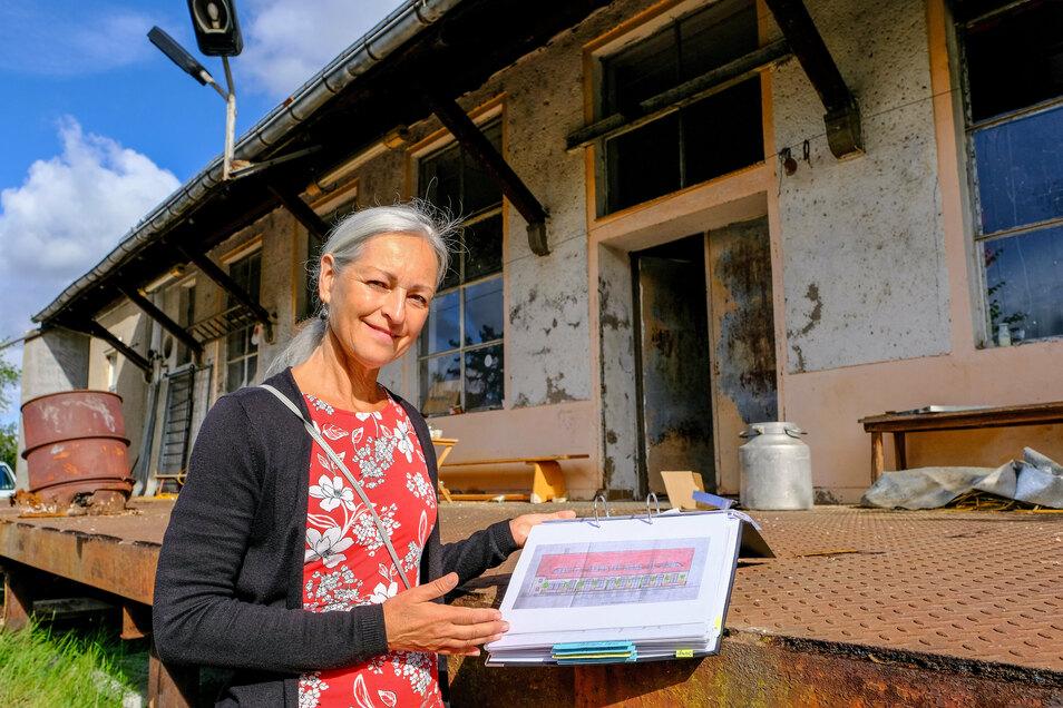 Ein dicker Ordner ist sowohl mit Katrin Becks Konzept für das einstige Molkereigebäude an der Fabrikstraße als auch mit dem Schriftverkehr mit der Radebeuler Stadtverwaltung gefüllt.