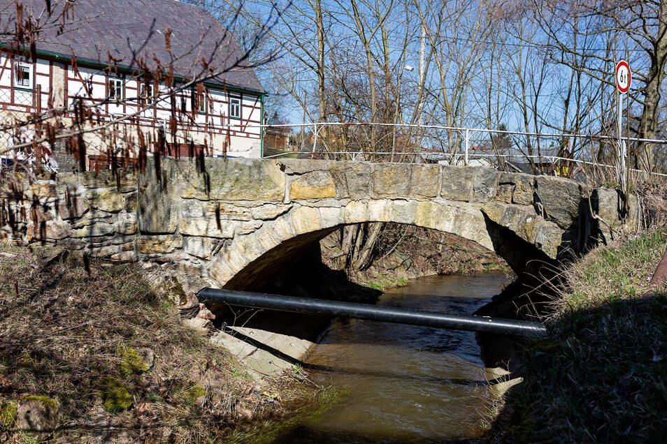 Diese Bogenbrücke überquert den Dorfbach in Reichstädt. Ihre Sanierung beginnt im Herbst.
