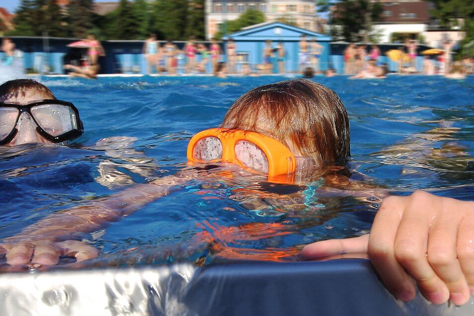 Das Stadtbad dürfte in Radeberg der geeignetste Ort sein, um die Hitze gut zu überstehen. Michael Weber vom Stadtbadverein rechnet in den nächsten Tagen mit besonders vielen jüngeren Besuchern.