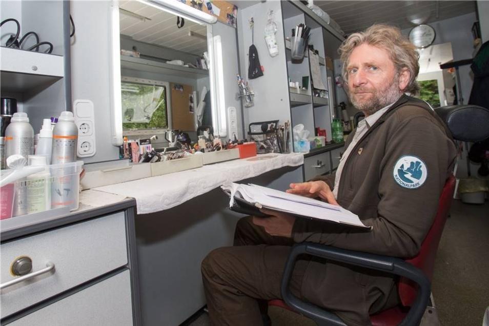Jörg Witte spielt einen Ranger. In der Maske lesen sich die Schauspieler noch einmal schnell das Drehbuch durch.