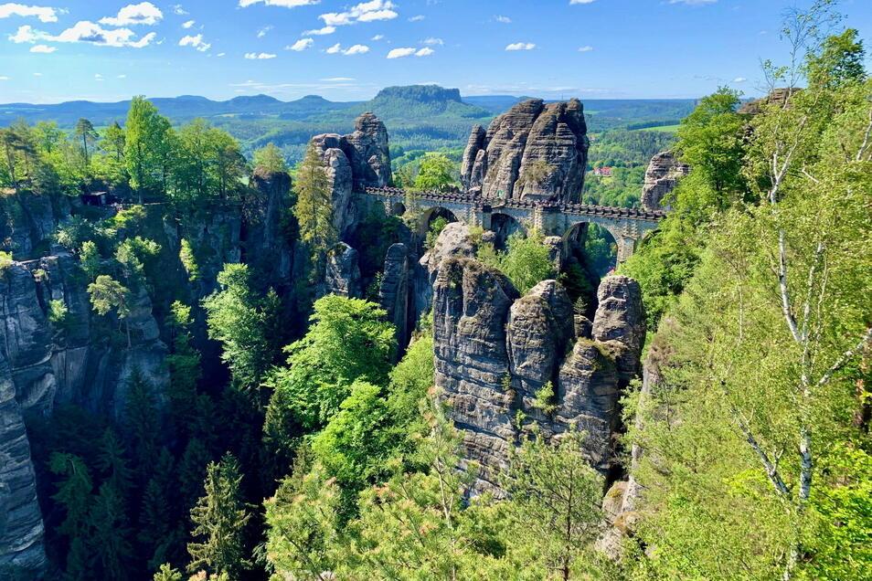 Die Basteibrücke hoch über dem Elbtal: Einem Urlaub in der Sächsischen Schweiz steht nichts im Wege.