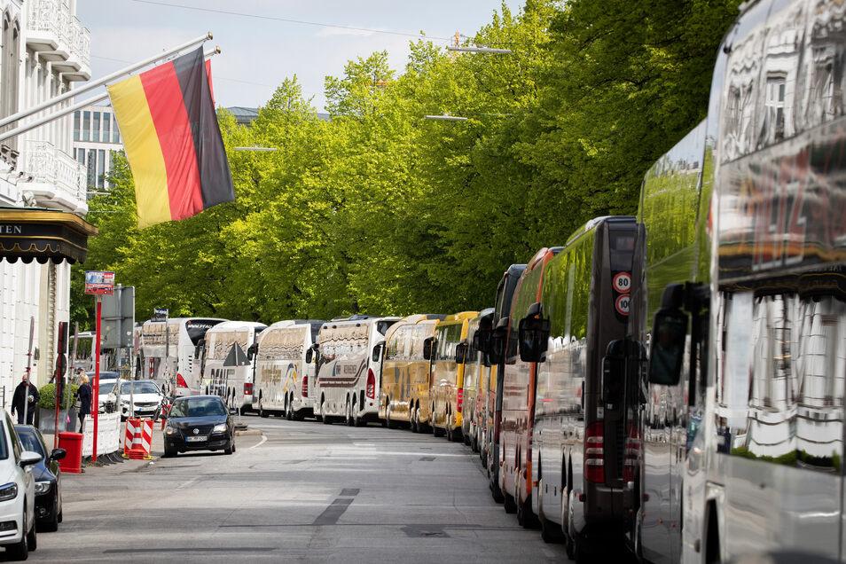 Busunternehmer sind wütend, weil sie nicht wissen, wie es in ihrer Branche weitergehen soll. Sie demonstrieren wie hier in Hamburg für bald wieder mögliche Reisen.