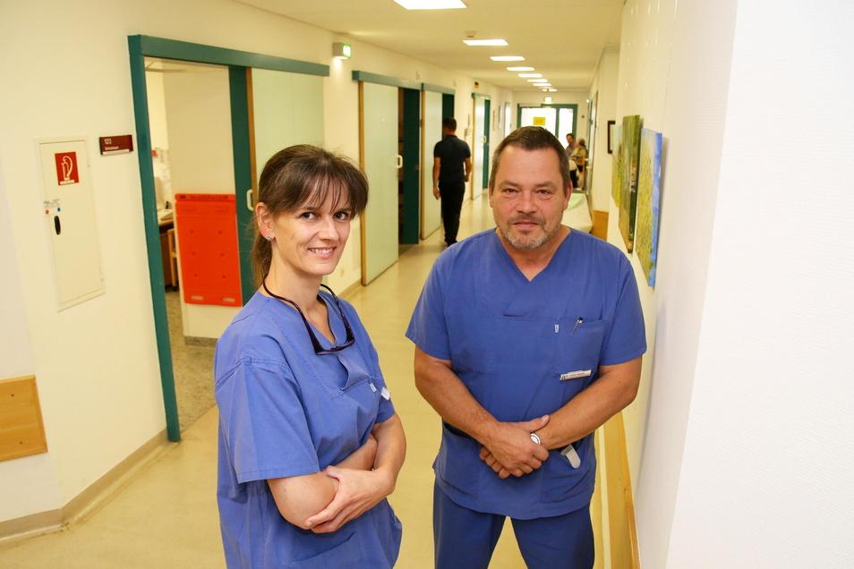 Mit Mandy Domel und Chris Heyter sind seit Juli 2019 zwei neue Unfallchirurgen im Emmaus-Krankenhaus tätig. Dr. Domel besetzt die Stelle als leitende Ärztin der Notaufnahme wieder. Dr. Heyter ist als Leitender Oberarzt Traumatologie in Niesky tätig.