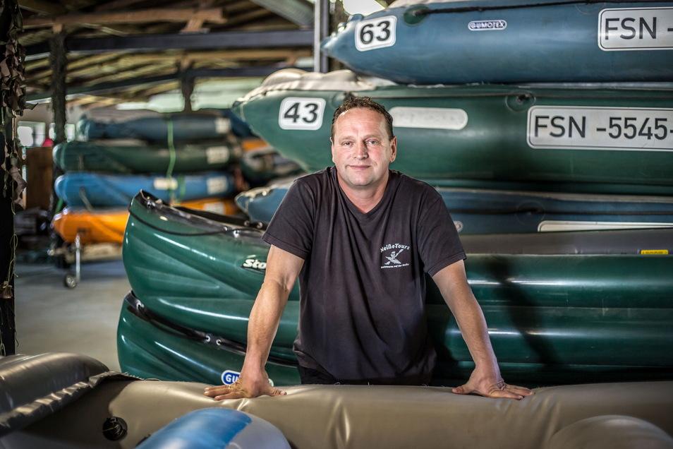 Tino Kittner schickt mit seiner Firma Neiße-Tours 70 Boote auf den Grenzfluss.
