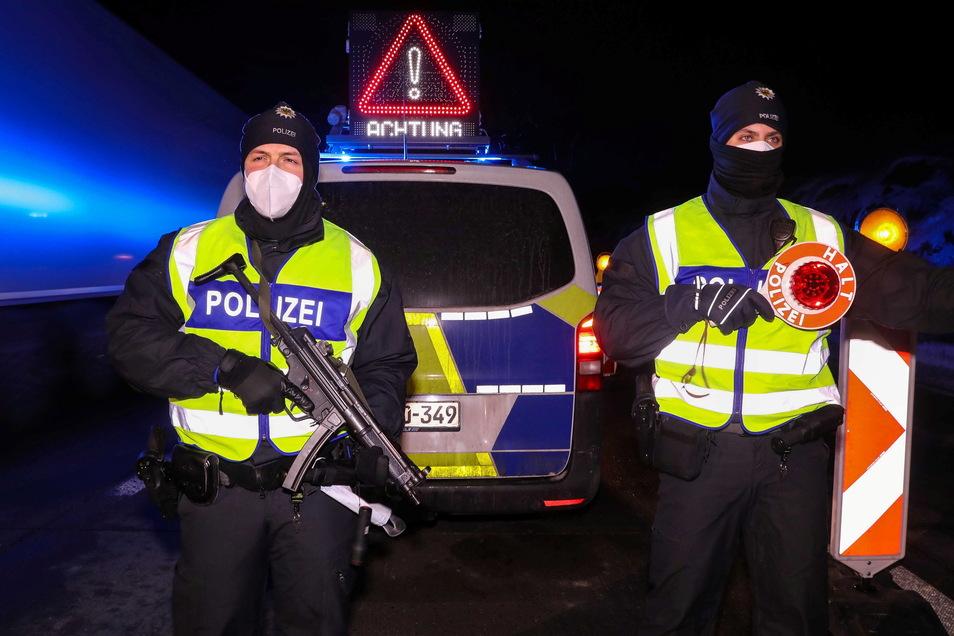 Bundespolizisten kontrollieren Mitte Februar Einreisende in der Nähe des A17-Grenzübergangs bei Breitenau zu Tschechien.