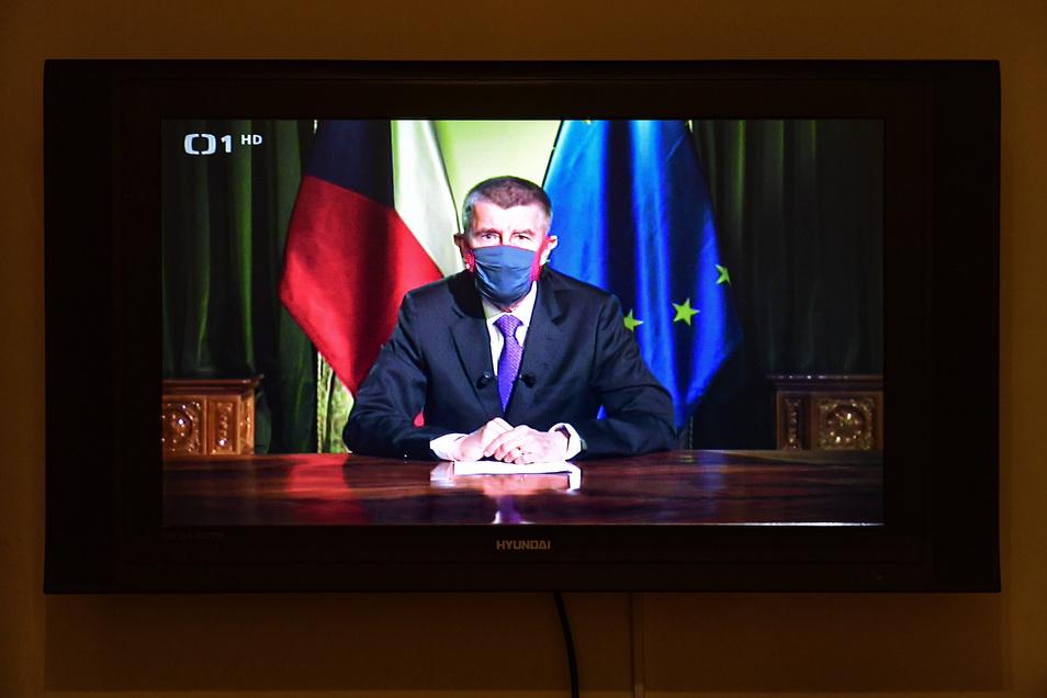 Auf einem Fernseher läuft die Fernsehansprache zum Verlauf der Corona-Pandemie von Andrej Babis, Premierminister von Tschechien, der einen Mundschutz trägt.