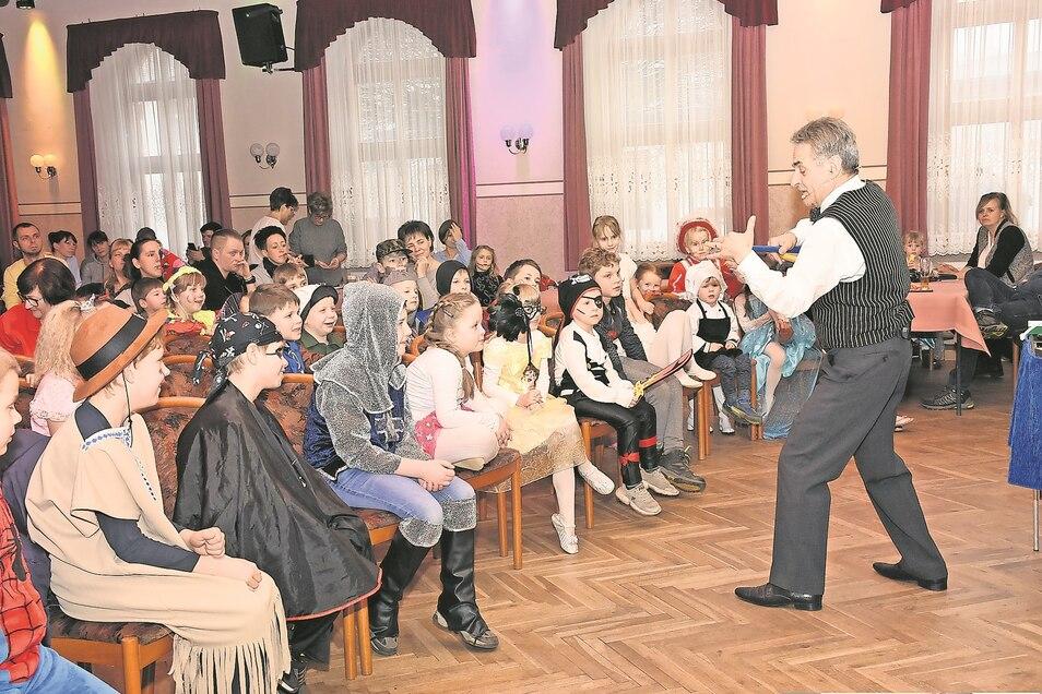 Zauberer Hartmut Schirrock zog die Mädchen und Jungen am Sonntagnachmittag während des Kinderfaschings in Uhyst mit einer Show in seinen Bann.
