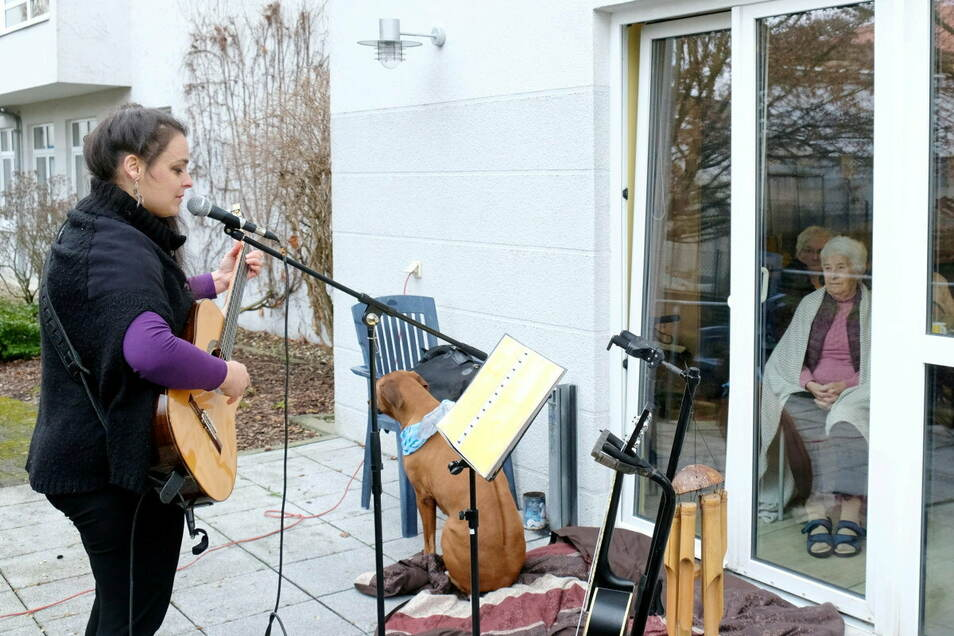 Dieser Moment im Seniorenpark Carpe Diem erinnert an Bilder von Balkonkonzerten aus aller Welt. Um den Corona-Blues der oft vergessenen Senioren zu vertreiben, besucht Marion Fiedler das Altenheim.
