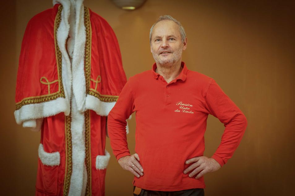 Matthias Greth aus Bischofswerda zieht Heiligabend sein Kostüm an und besucht als Weihnachtsmann Familien im Landkreis Bautzen. Jetzt will er sich mit anderen Weihnachtsmännern treffen.