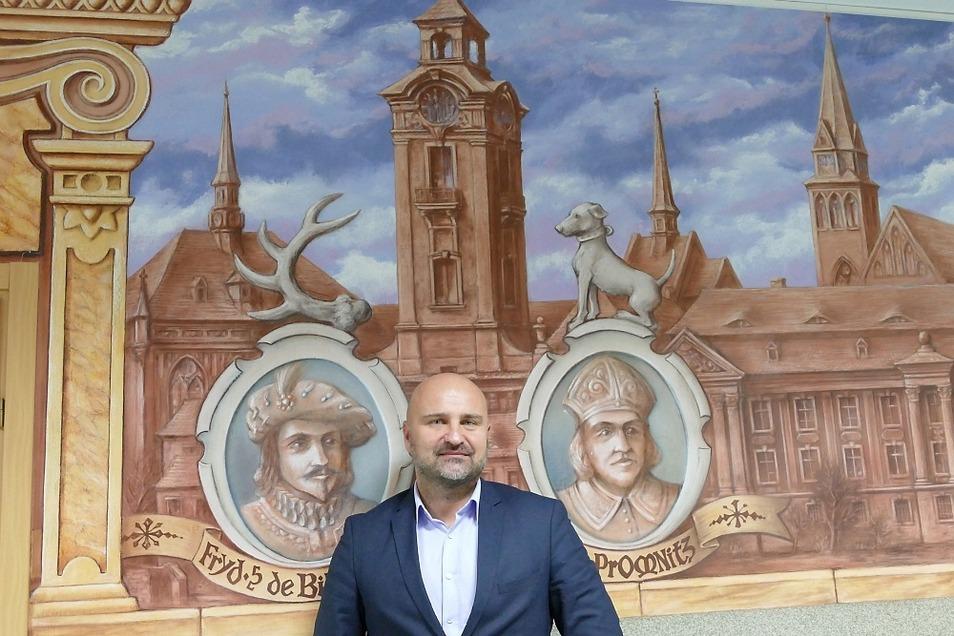 Olaf Napiorkowski zwischen den Schlossherren Fryderyk Biberstein und Baltasar Promnitz. Die Wandmalerei im Rathaus führte 2002 Stanislaw Jan Antosz (1949 bis 2004) aus.