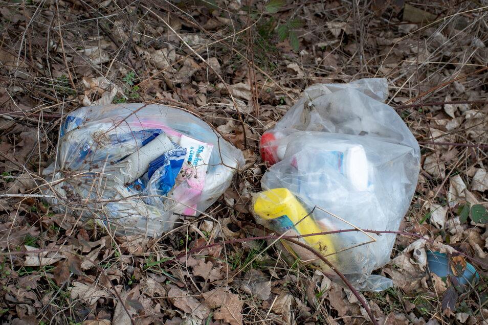 In Zschaitz ärgern sich die Gemeinderäte, dass immer wieder Müll in Plastiktüten im Straßengraben in der Nähe der Sandgrube liegt.