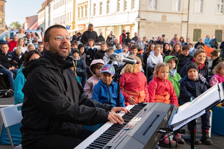 Stefan Jänke war der örtliche Organisator für den Start der Singbus-Tour durch Sachsen. Die Aktion fand viel Publikum.