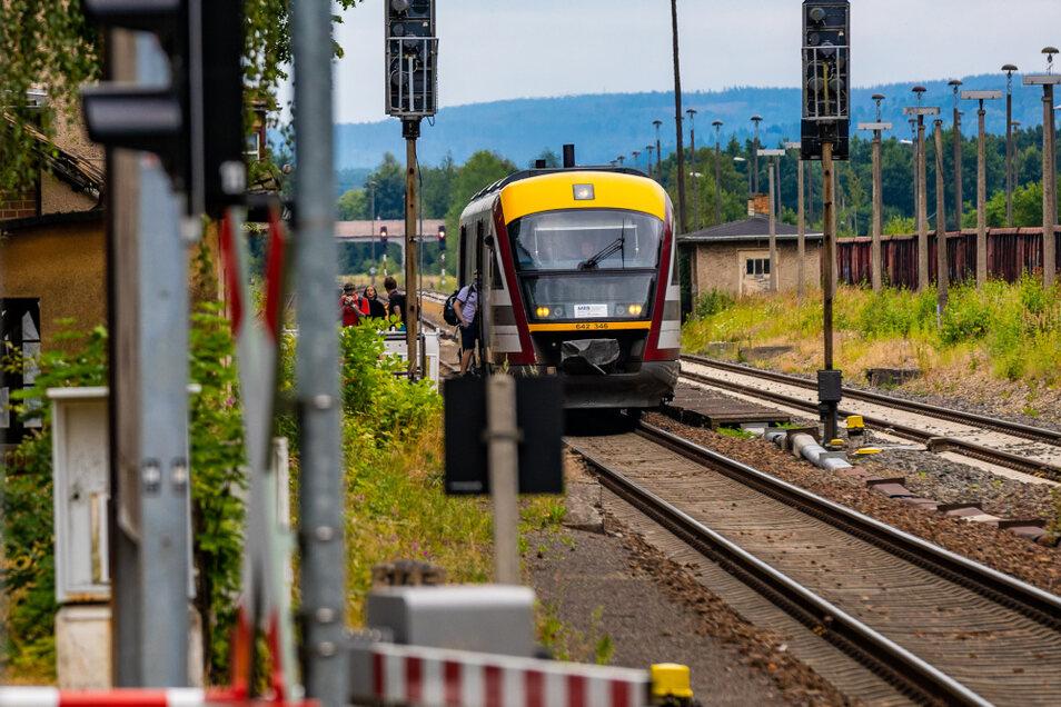 Die Seenlandbahn, die an den Wochenenden zwischen Dresden und Senftenberg pendelte, wurde in den Sommerferien von mehr als 3.000 Fahrgästen genutzt. Im Bild zu sehen ist sie beim Halt auf dem Bahnhof Straßgräbchen-Bernsdorf.