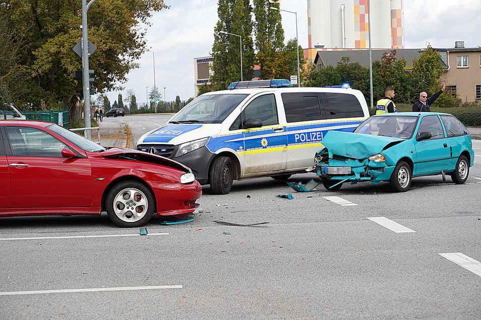 Bei dem Unfall wurden zwei Menschen leicht verletzt und es entstand ein Schaden in Höhe von etwa 25.000 Euro.