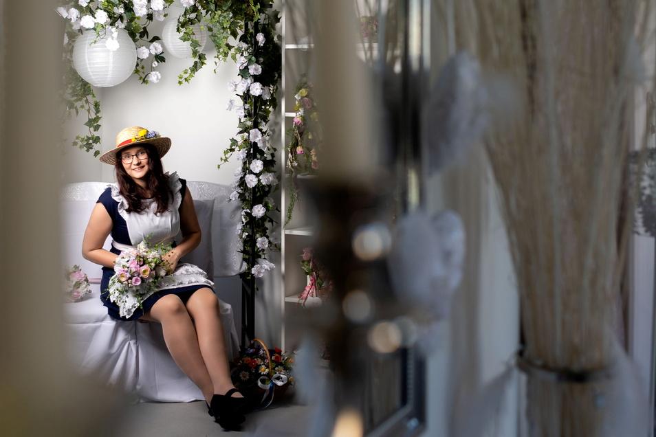 Blumenmädchen Jasmin Richter durfte schon vor der Eröffnung für ein Foto-Shooting Platz nehmen.