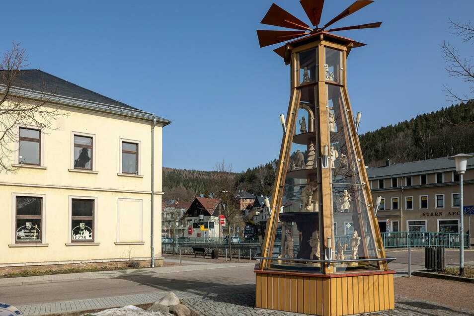 Die Sommerfiguren drehen sich jetzt auf der Pyramide, die in Schmiedeberg am Bürgerhaus steht.