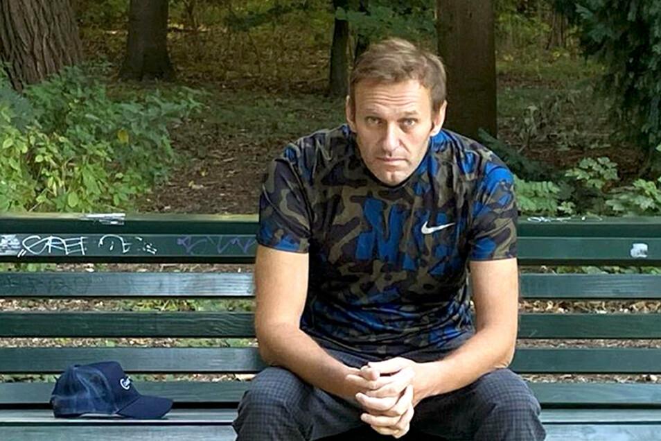 Dieses Foto, das der russische Oppositionsführer am Mittwoch, 23. September auf seinem Instagram-Account veröffentlicht hat, zeigt Alexej Nawalny auf einer Parkbank sitzend.