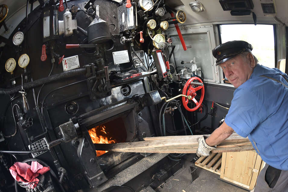 Bis der Betriebsdruck im Kessel erreicht ist, heizt Dieter Grosche die Dampflok mit Holz statt mit Kohle an.