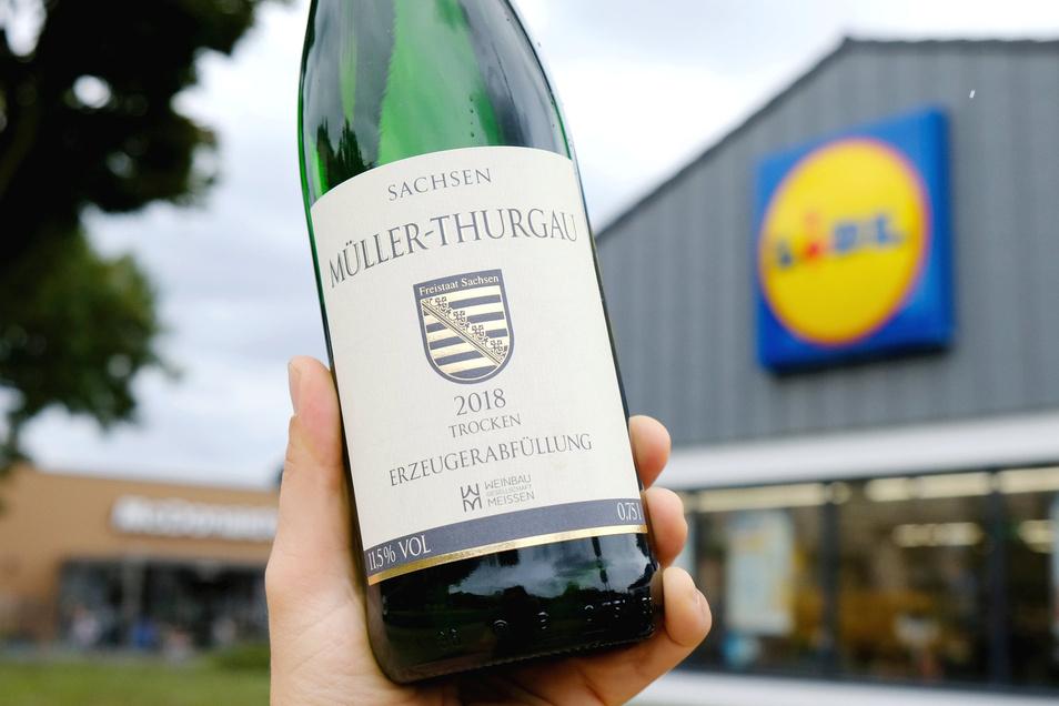 Zumindest unter den vier größten Weinanbauern in Sachsen hat das jüngste Weingut im Freistaat gegenwärtig den preiswertesten Müller-Thurgau. Die Flasche der Weinbaugesellschaft Meißen kostet bei Lidl derzeit 5,99 Euro.