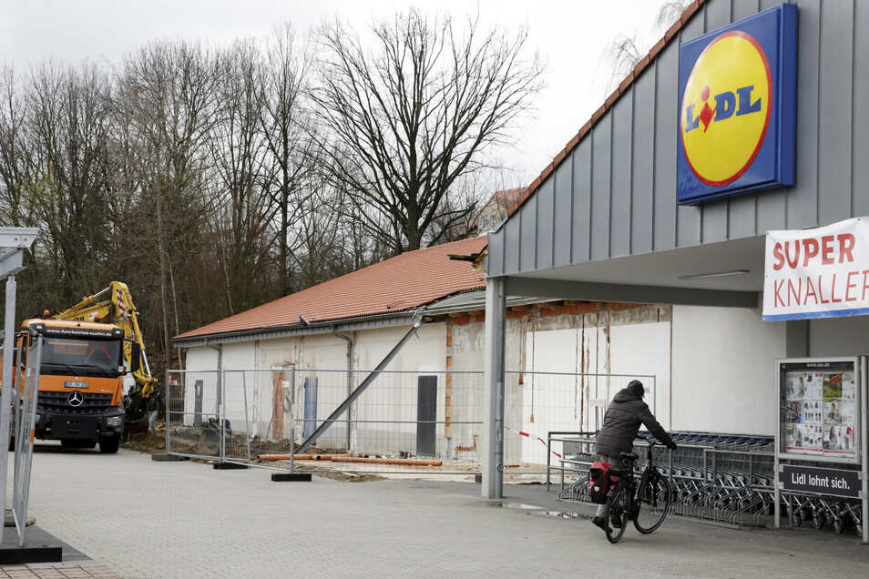"""Der Backfilialenanbau am Lidl in Kamenz ist bereits verschwunden. Demnächst wird auch der Eingangsbereich erneuert. Mit dem Bäcker sei man """"im konstruktiven Austausch zum Verbleib auf dem Grundstück"""", heißt es."""