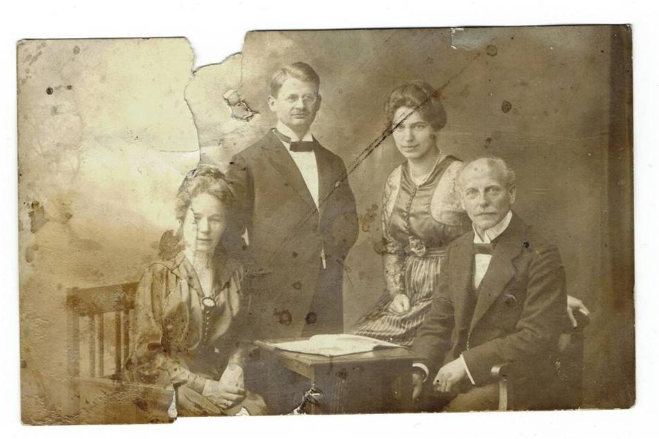 Auf den Juni 1920 ist dieses Foto handschriftlich datiert. Wer weiß etwas darüber, fragt sich der Finder?