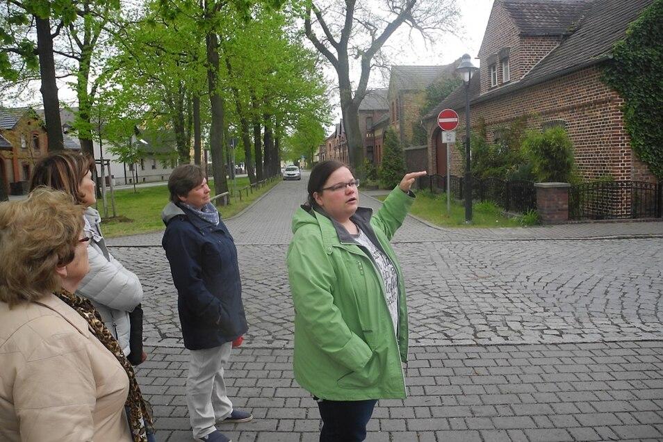 Mit einem geführten Rundgang durch den historischen Dorfkern nahm die Gemeinde Schleife Sonnabend an den Lausitzer Seenlandtagen 2019 teil. Stephanie Bierholdt (grüne Jacke) erläuterte anschaulich und detailliert die prägenden Merkmale.