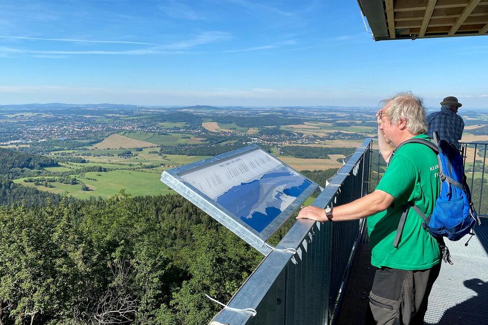 Von der Aussichtsplattform der Lausche den Gipfelblick über das Zittauer Gebirge genießen - das ist erst seit Kurzem möglich. Ferienunterkünfte können hier schon seit vielen Jahren über die großen Buchungsplattformen geordert werden.
