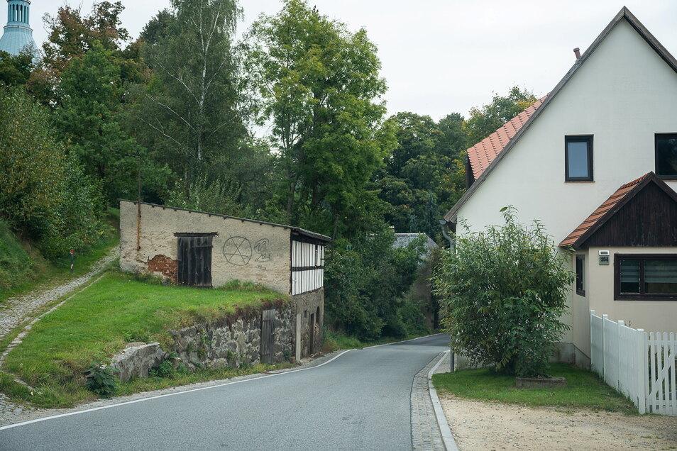 Ein echtes Nadelöhr auf der Dorfstraße in Sohland unterhalb der Kirche.