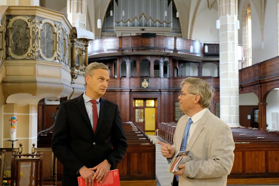 Sparkassenvorstand Daniel Höhn übergab an Pfarrer Dietmar Saft (rechts) eine Spende von 30.000 Euro für die Restaurierung des Altars in der Lommatzscher Stadtkirche.