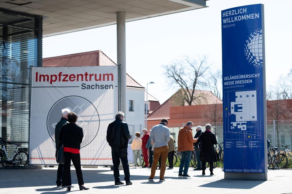 """Menschen warten vor dem Impfzentrum in Dresden. auf ihren """"Pieks""""."""