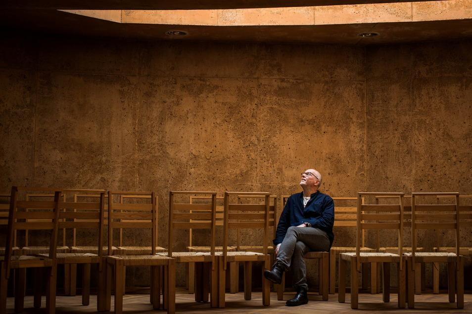Licht von oben: Christoph Behrens ist katholischer Pfarrer und hauptamtlich Krankenhausseelsorger - eine Aufgabe voller Trauer und, wie er sagt, auch Glück.