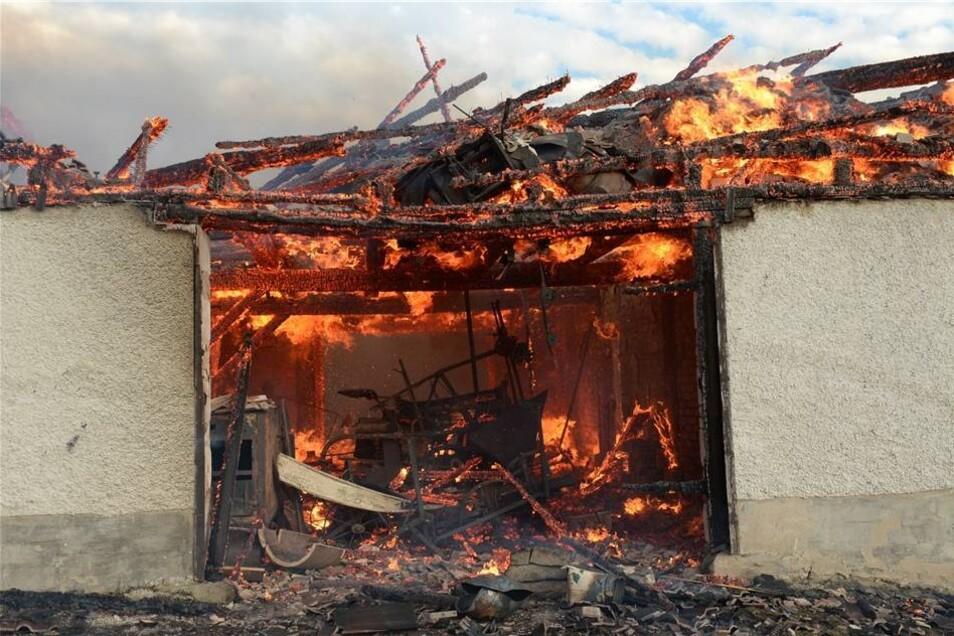 Der starke Wind machte es den Brandbekämpfern schwer.