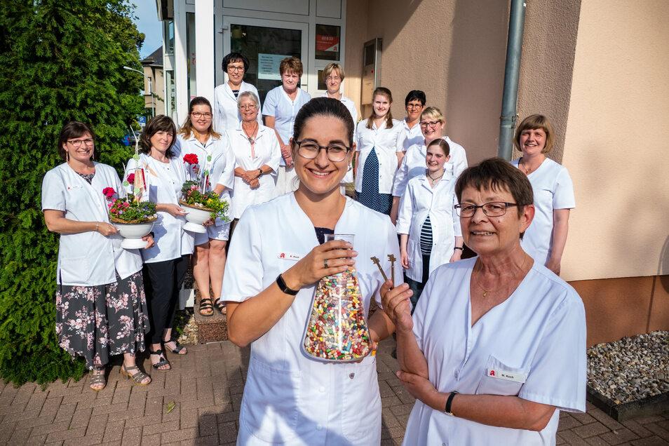 Eine ehemalige sowie die elf aktuell in der Park-Apotheke angestellten Mitarbeiterinnen haben mit ihrer bisherigen Chefin Monika Koch (vorn rechts) und der neuen Inhaberin Kristin Rost die Geschäftsübergabe gefeiert.