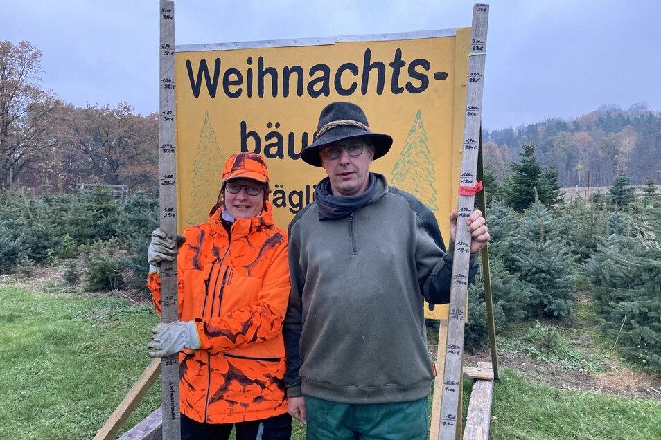 Thomas Queißer und seine Schwester Ellen Haufe halten beim Weihnachtsbaum-Preis am alten Eichen-Maßstab fest.