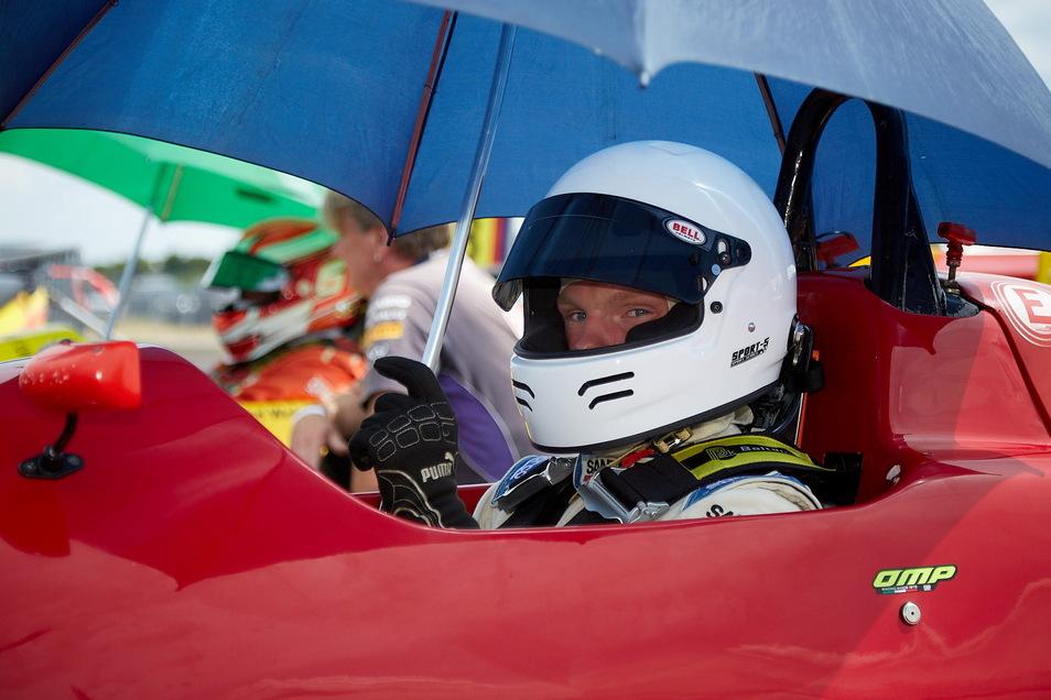 Nick Koitsch unmittelbar vor dem Start zum HAIGO-Cup in Oschersleben. Bei seinem ersten Rennen landete der 18-Jährige sofort auf dem 5. Platz und erntete dafür viel Anerkennung von der Konkurrenz.