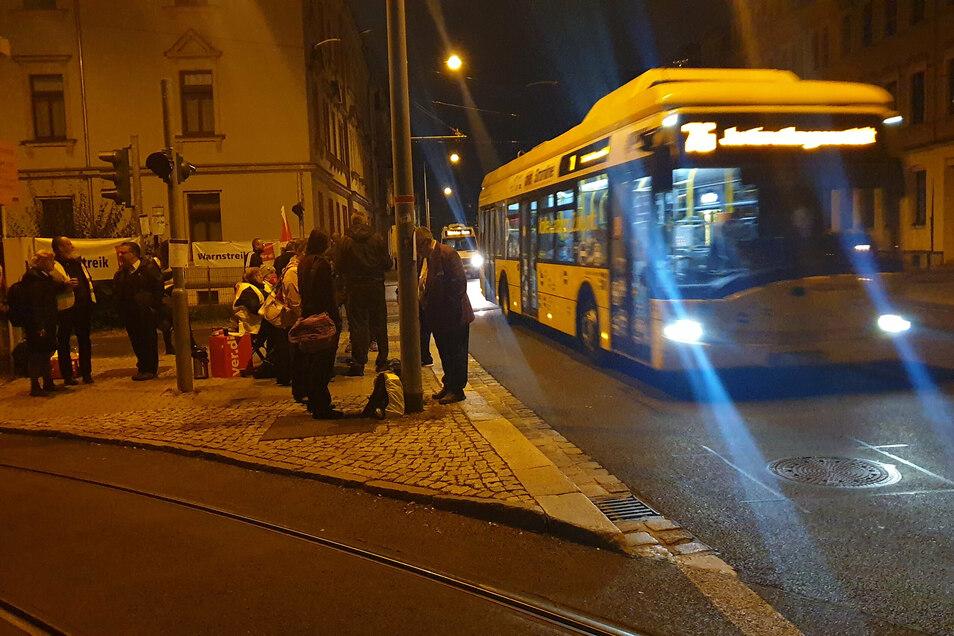 Ein Bus der Linie 75 fährt an Streikenden am Straßenbahn-Betriebsbahnhof Trachenberge vorbei. Diesen Bus fährt ein Kollege von einem Tochterunternehmen der DVB.